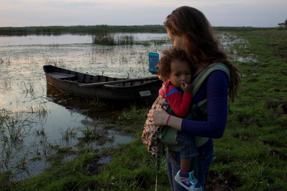 Emily Shiffer, trabajando en la orilla del río con su hija