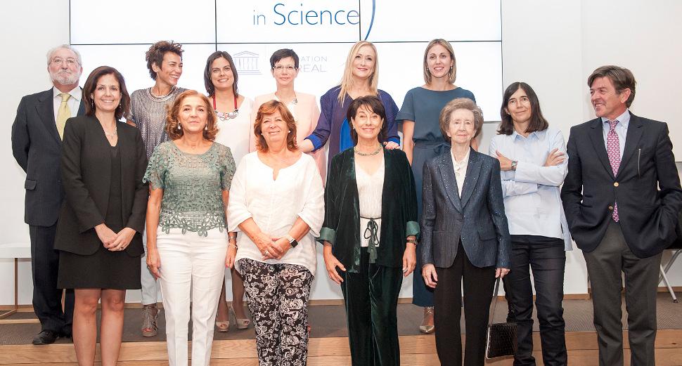 Las premiadas y el jurado, junto a François-Xavier Fenart, presidente de L'Oréal España; Cristina Cifuentes, presidenta de la Comunidad de Madrid, y Carmen Vela, secretaria de estado de Investigación