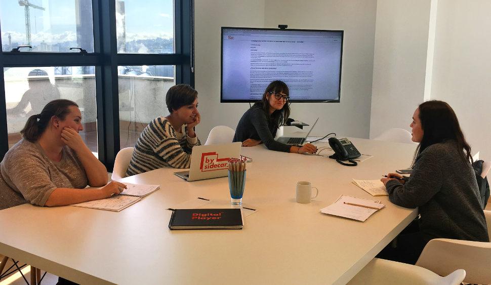 Judit Cabana, en una reunión junto a parte de su equipo en BySidecar