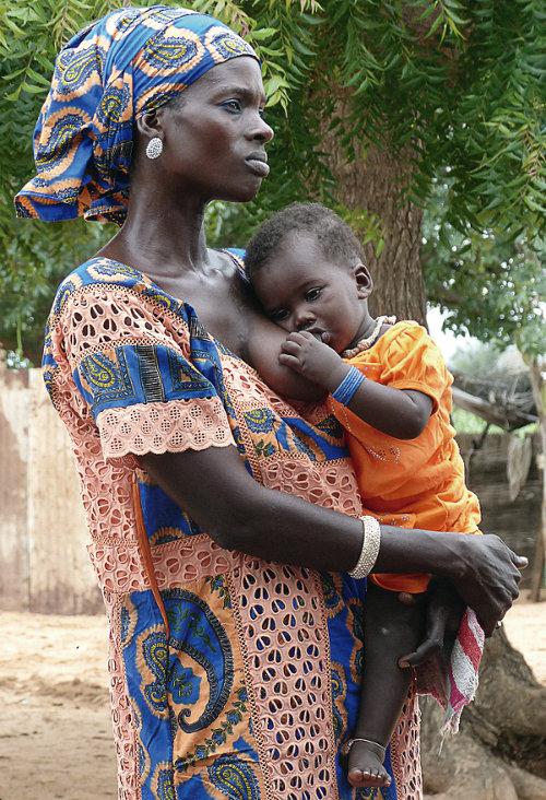 Saye Sylla, conocida como la 'tía' de la aldea, con su bebé en el pueblo de Thilène, distrito de Louga. Foto: @lgcastellanos/Unicef