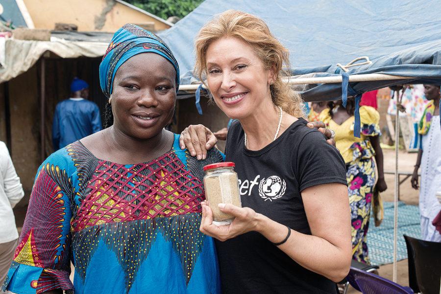 Teresa Viejo, con Khady Diop, una de las impulsoras del Comité de Madres, a la que Teresa llama cariñosamente Mademoiselle Farine. Foto: @BrunoDemeocq/ Unicef