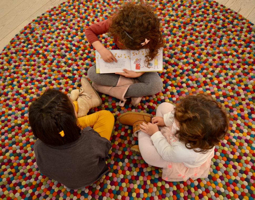 La hija de la autora leyéndole el libro a Marta y su hermana.