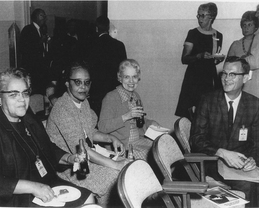 A la izquierda Dorothy Vaughan junto a otras 'computadoras humanas' en la NACA. Foto: NASA