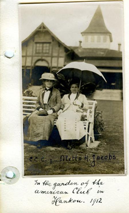 Jacobs junto a Carrie Chapman Catt en Hankou, China (1912). Imagen: atria.nl