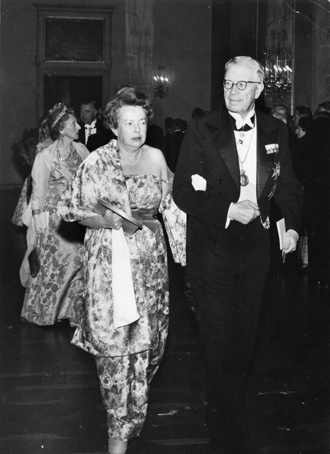 Goeppert-Mayer, junto al rey Gustavo VI Adolfo de Suecia, entrando en la ceremonia de entrega de los Nobel (1963). Foto: Wikimedia Commons