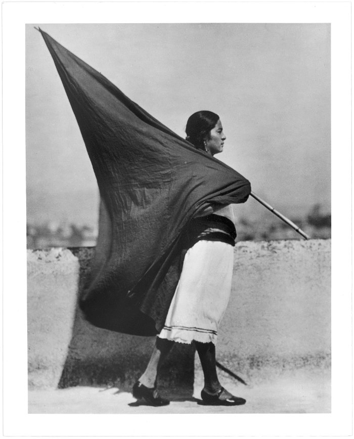 Mujer con bandera, c.1928/Tina Modotti