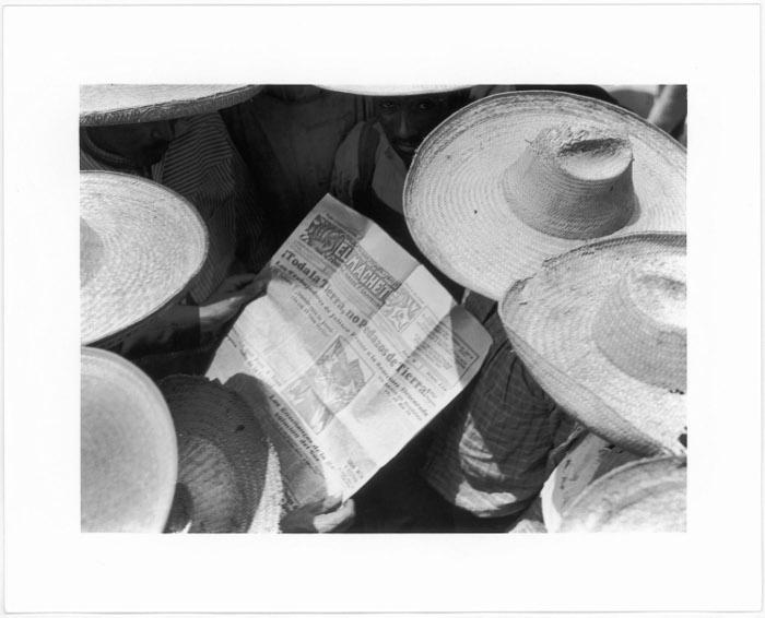 Campesinos mexicanos leyendo El Machete, 1928/Tina Modotti