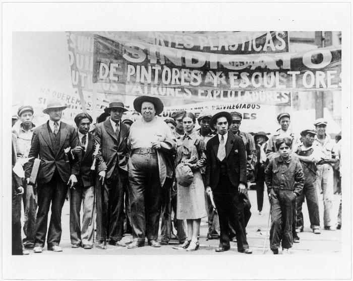 Diego Rivera y Frida Kahlo con miembros de la Unión de Artistas en la marcha del Primero de Mayo, 1929/Tina Modotti