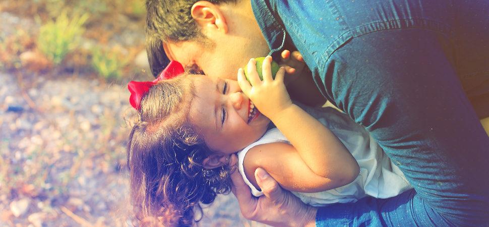 Los padres son más atentos con las niñas, pero juegan más con los niños
