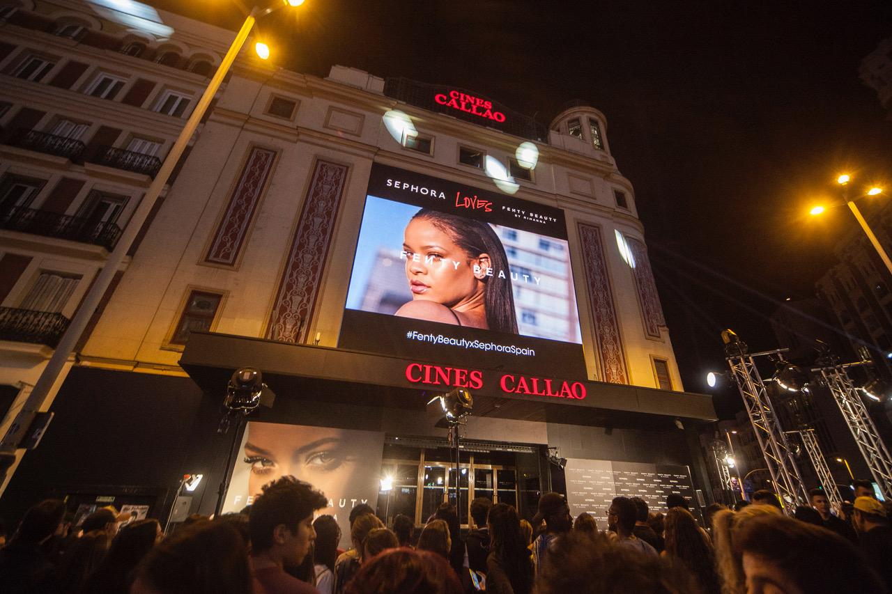 Imágenes de la acción de realidad aumentada que Callao City Lights y Wildbytes realizaron para presentar Fenty Beauty by Rihanna en España