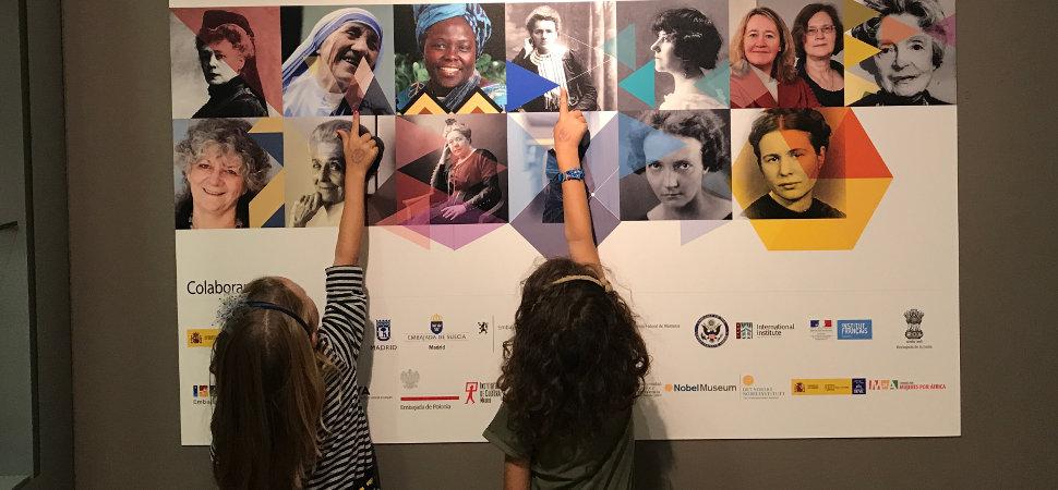 Visitando con niños la exposición Mujeres Nobel
