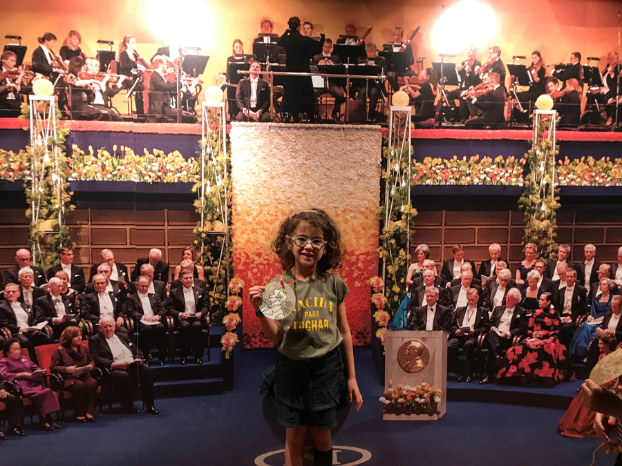 Olivia, ensayando para cuando reciba un Nobel de verdad