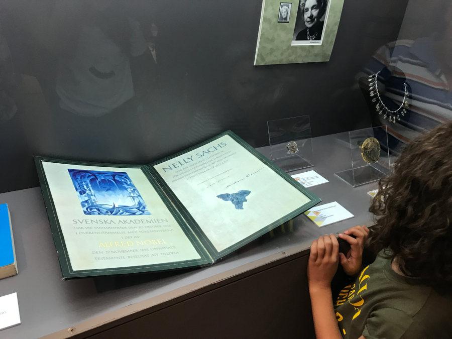 El diploma que recibió Sachs. Cada uno es diferente