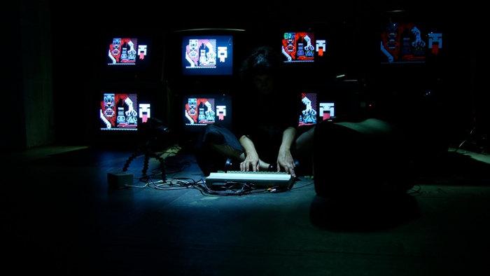 La española Raquel Meyers presenta el domingo 'Keys of Fury', una 'performance' realizada con una computadora Commodore 64. Foto: E.P. Baron/ La Casa Encendida
