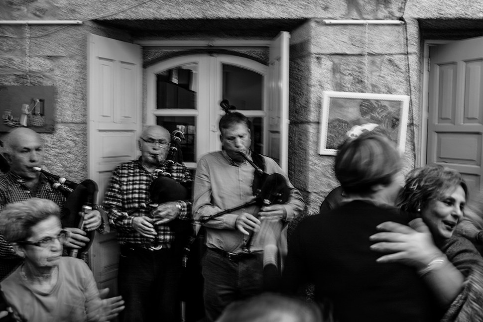 Mujeres que forman parte de la asoaciación bailan durante una celebración navideña en su sede de Cangas do Morrazo, Galicia.