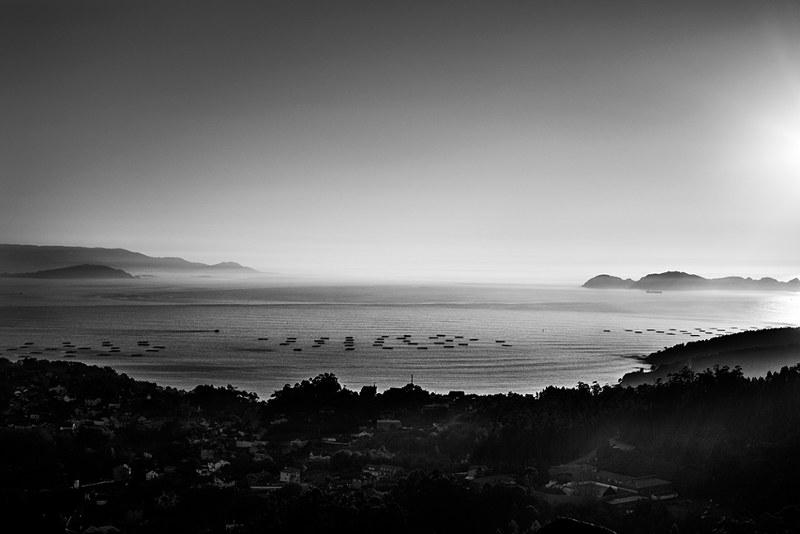 Vista de la desembocadura de la ría de Vigo desde un cerro cercano a Cangas.