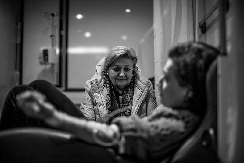 La madre de Piedad  vigila a su hija dormida mientras recibe quimioterapia en el Hospital Universitario Reina Sofia, en Murcia.