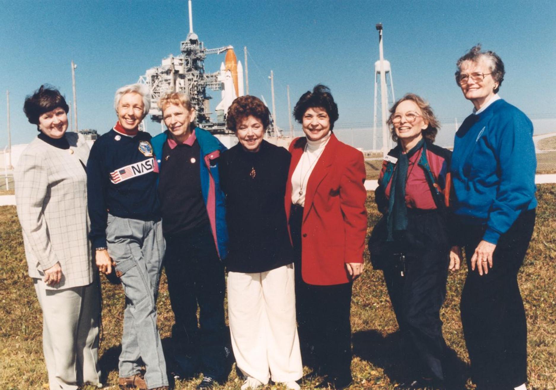 Siete de las integrantes del grupo Mercury 13 frente a la Lanzadera Especial en 1995. Habían sido invitadas a ver el lanzamiento de Eileen Collins, la primera mujer en pilotarla. Foto: NASA