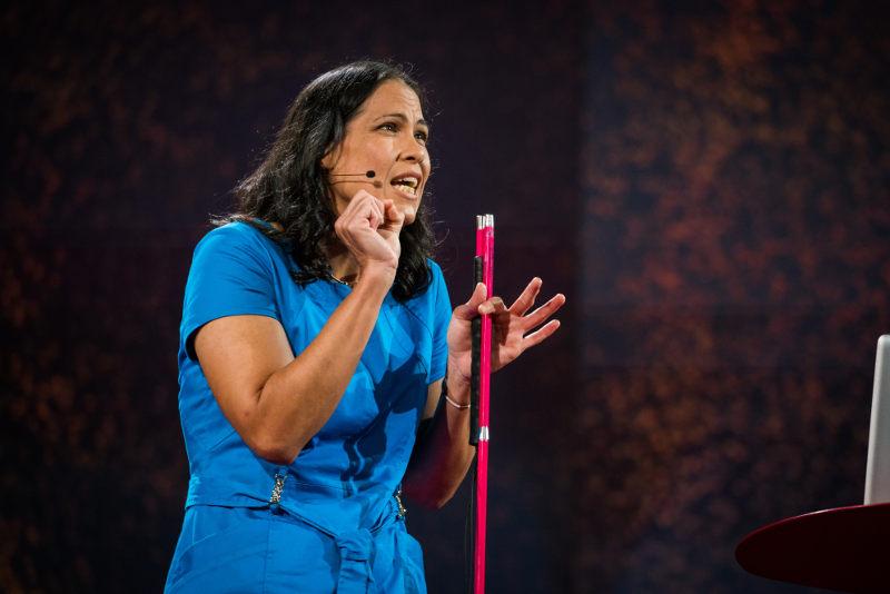 Wanda Díaz Merced, dando una charla TED en Vancouver, Canadá (portada). Fotos: Bret Hartman/TED