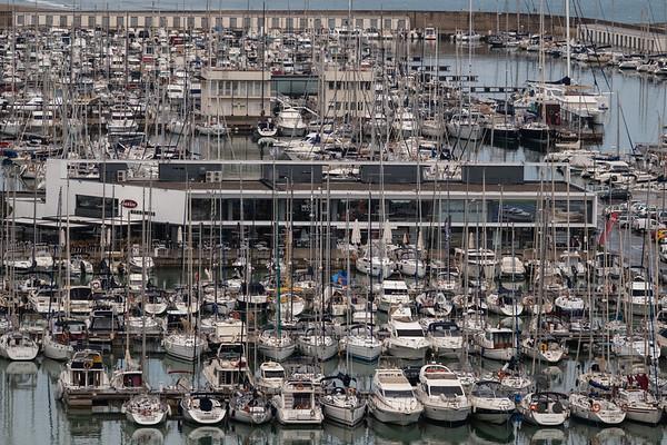 Castelldefels, Barcelona. Entre la desembocadura del Llobregat y Castelldefels se extienden 18 km de playas totalmente cercadas por la urbanización y el puerto.