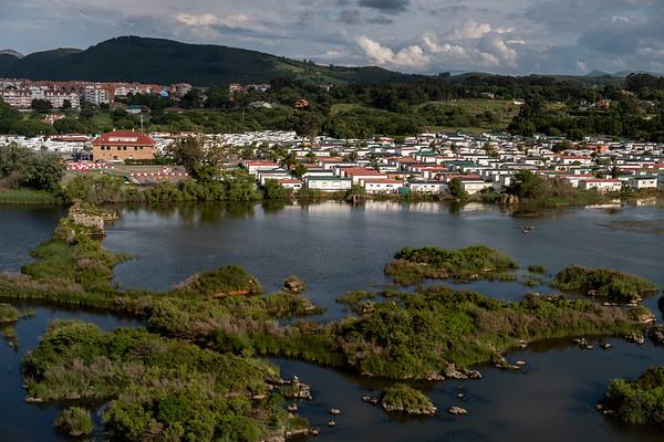 Parque natural de las Marismas de Santoña, Victoria y Joyel, Cantabria. Declaradas reserva Natural, su mayor presión por la ocupación del suelo procede de dos enormes camping situados en su inmediata ribera.