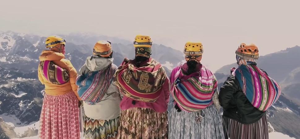 Te vas a hacer muy fan de las cholitas escaladoras de Bolivia
